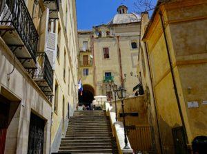 Treppen verbinden die Viertel in Cagliari