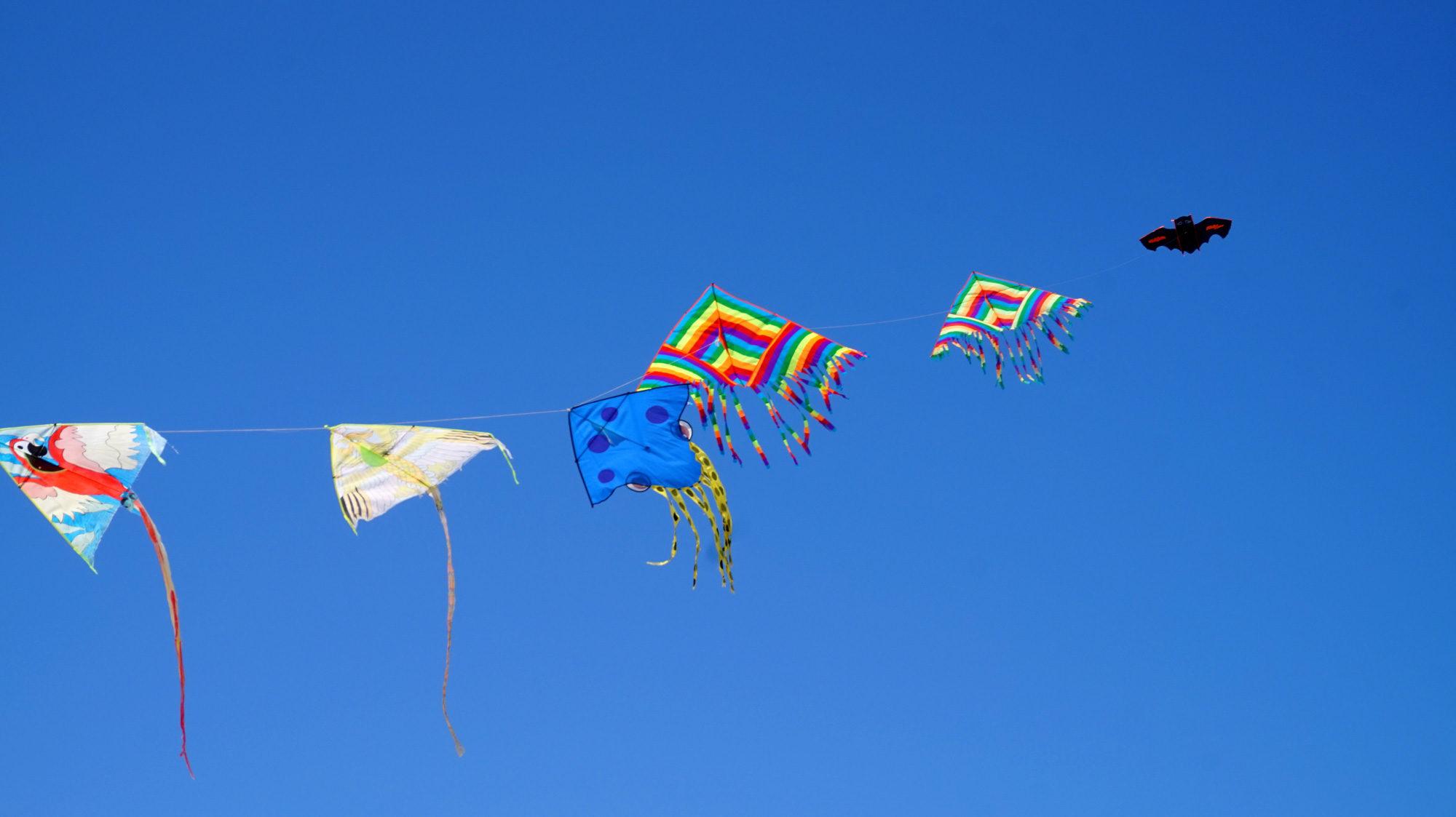 Die Strandverkäufer an der Costa Rei lassen am Strand ihre Drachen steigen