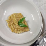 Pasta mit einer sämigen Soße, die vor Pecorino strotzt
