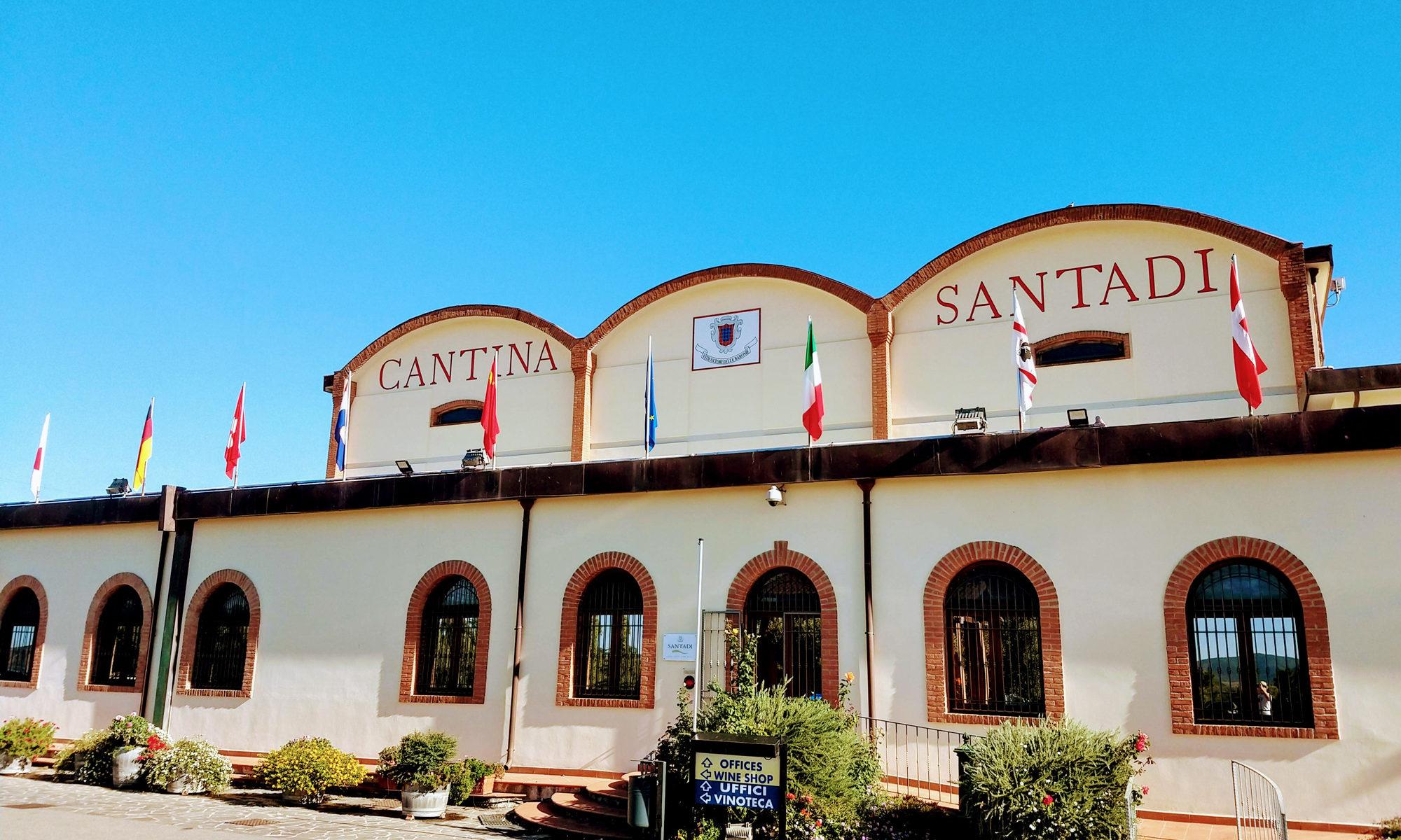 Das genossenschaftliche Weingut Cantina Santadi wirkt einladend und gut gepflegt.