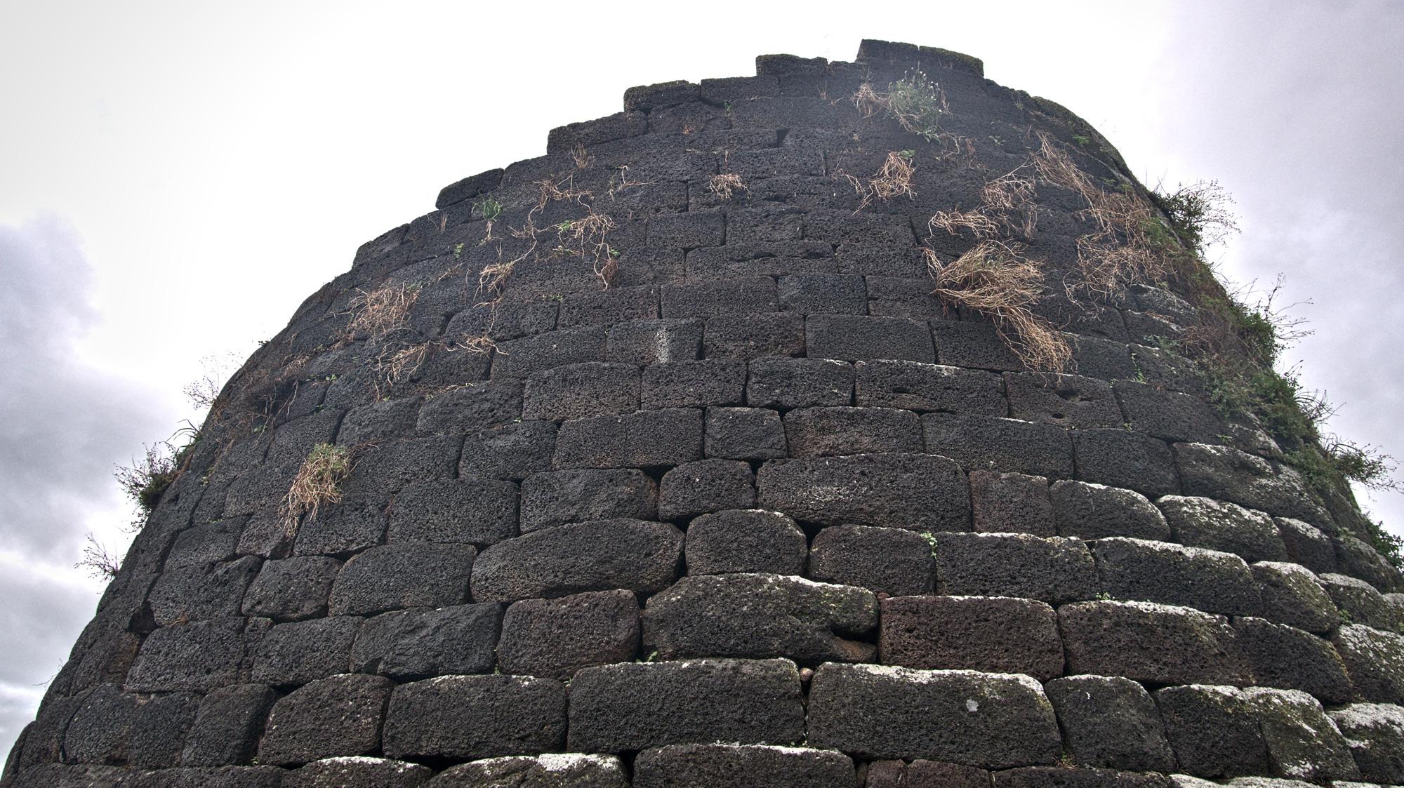Der mächtige Turm der Nuraghe