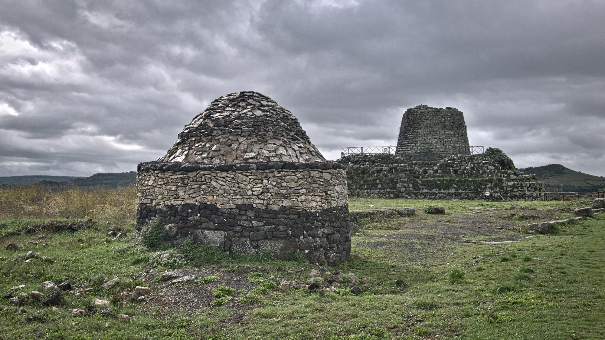 Die Nuraghe Santu Antine ist bei bedecktem Himmel noch imposanter.