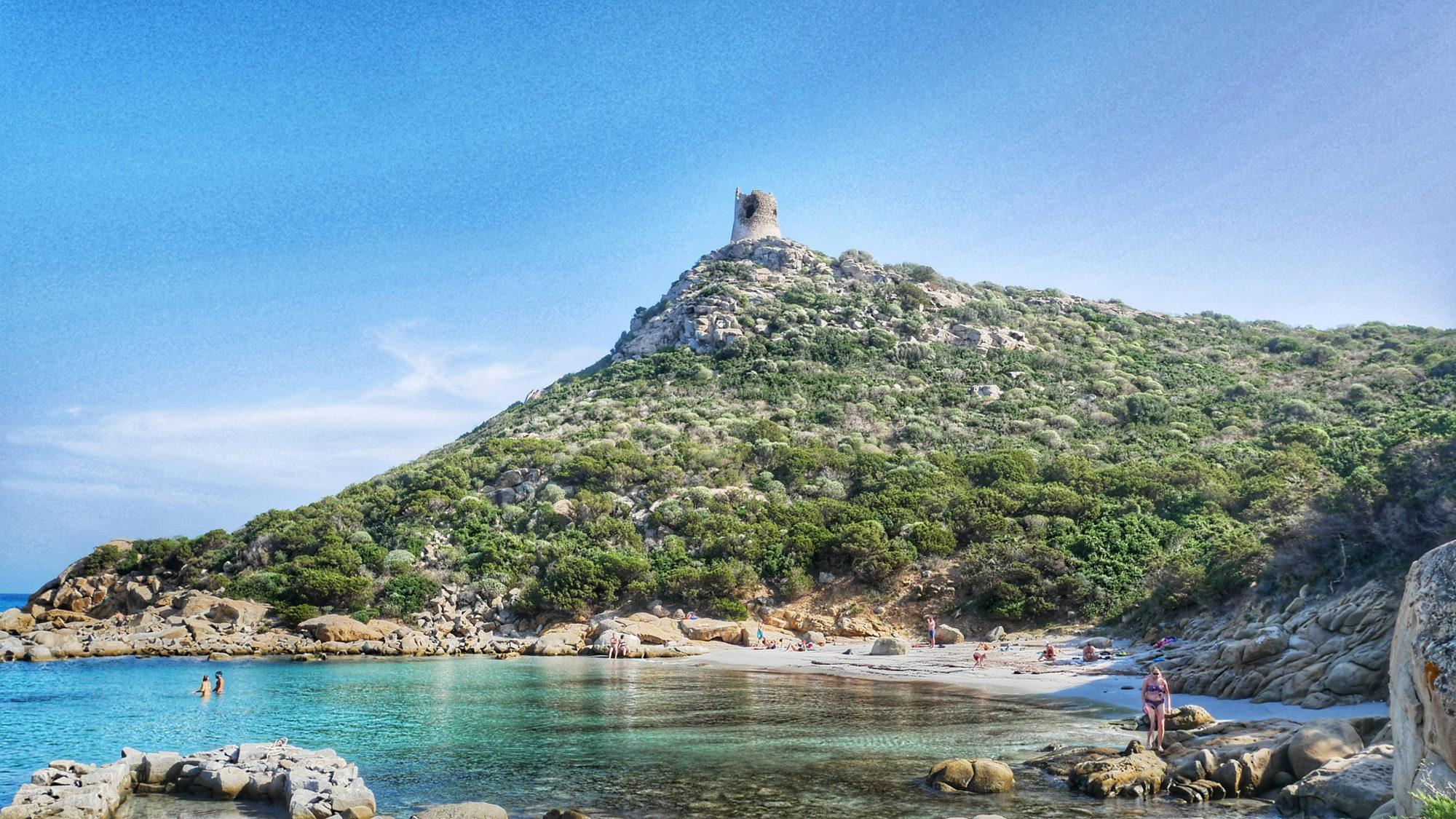 Porto Giunco mit seinem Sarazenenturm