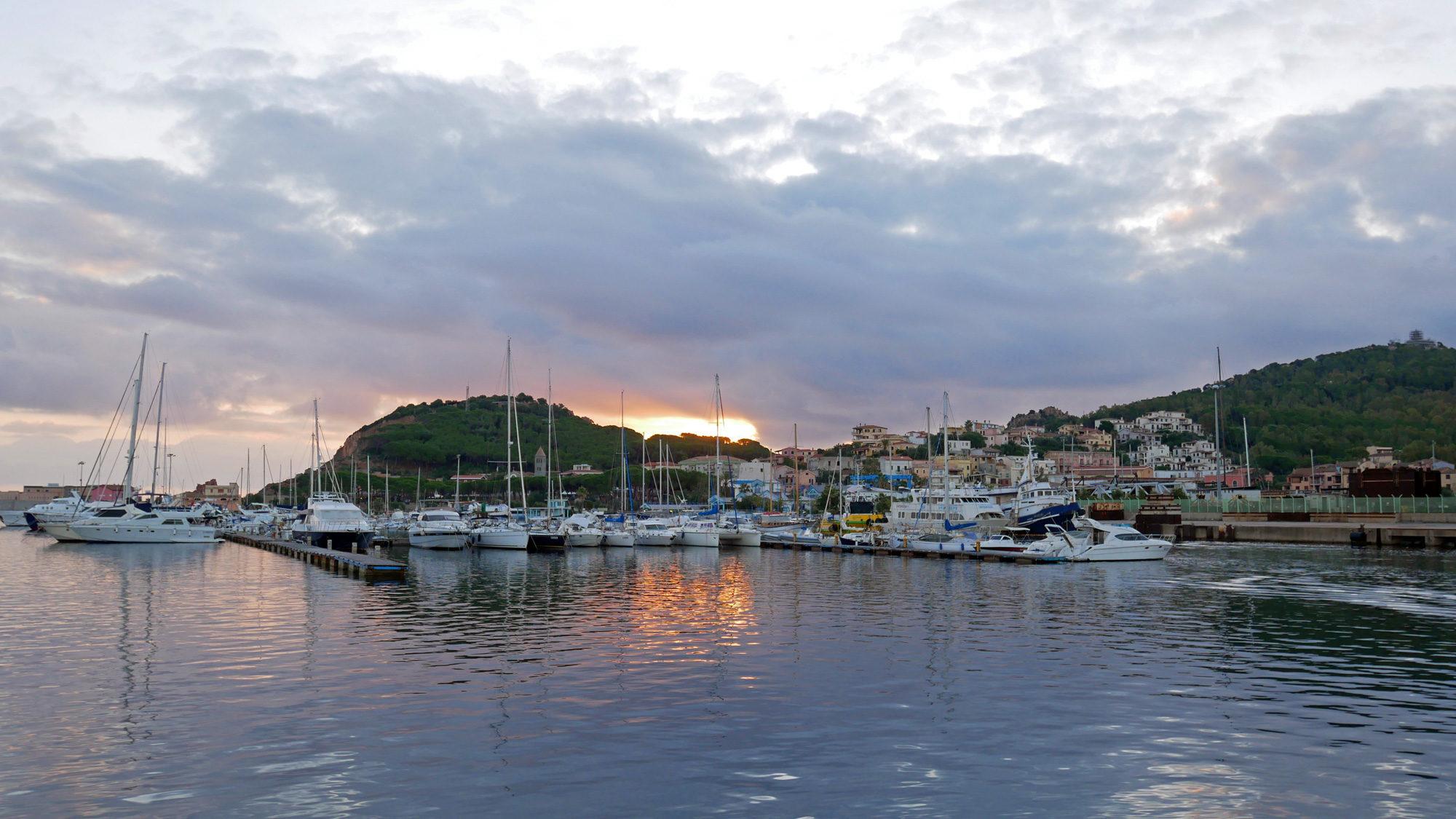 Sonnenaufgang über dem Hafen von Arbatax