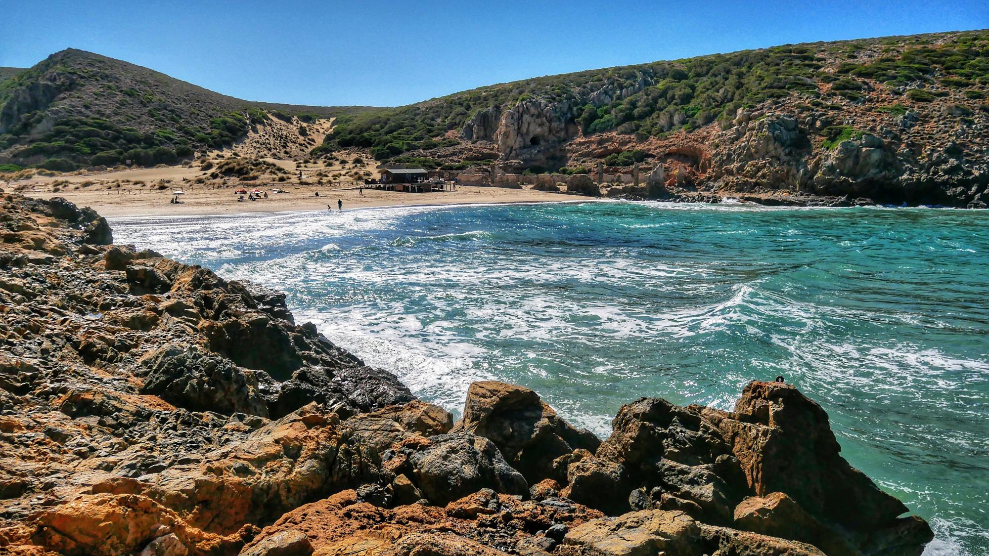 Cala Domestica mit heftigen Wellen