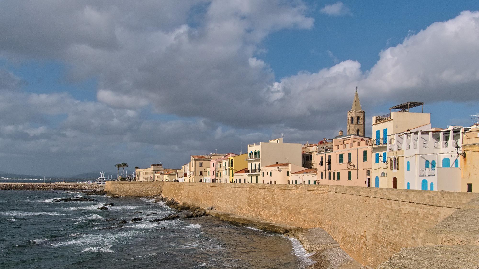 Entlnag der schwer befestigten Hafenmauer von Alghero