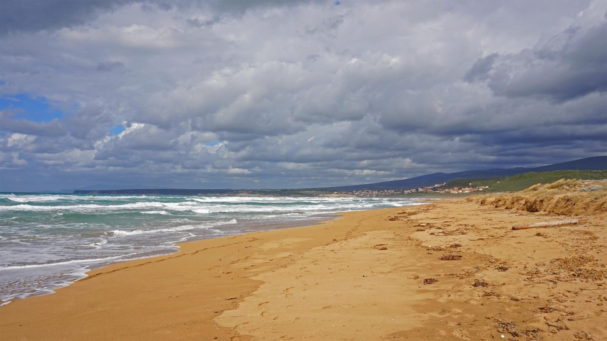 Der riesige Strand Is Arenas - im Herbst menschenleer