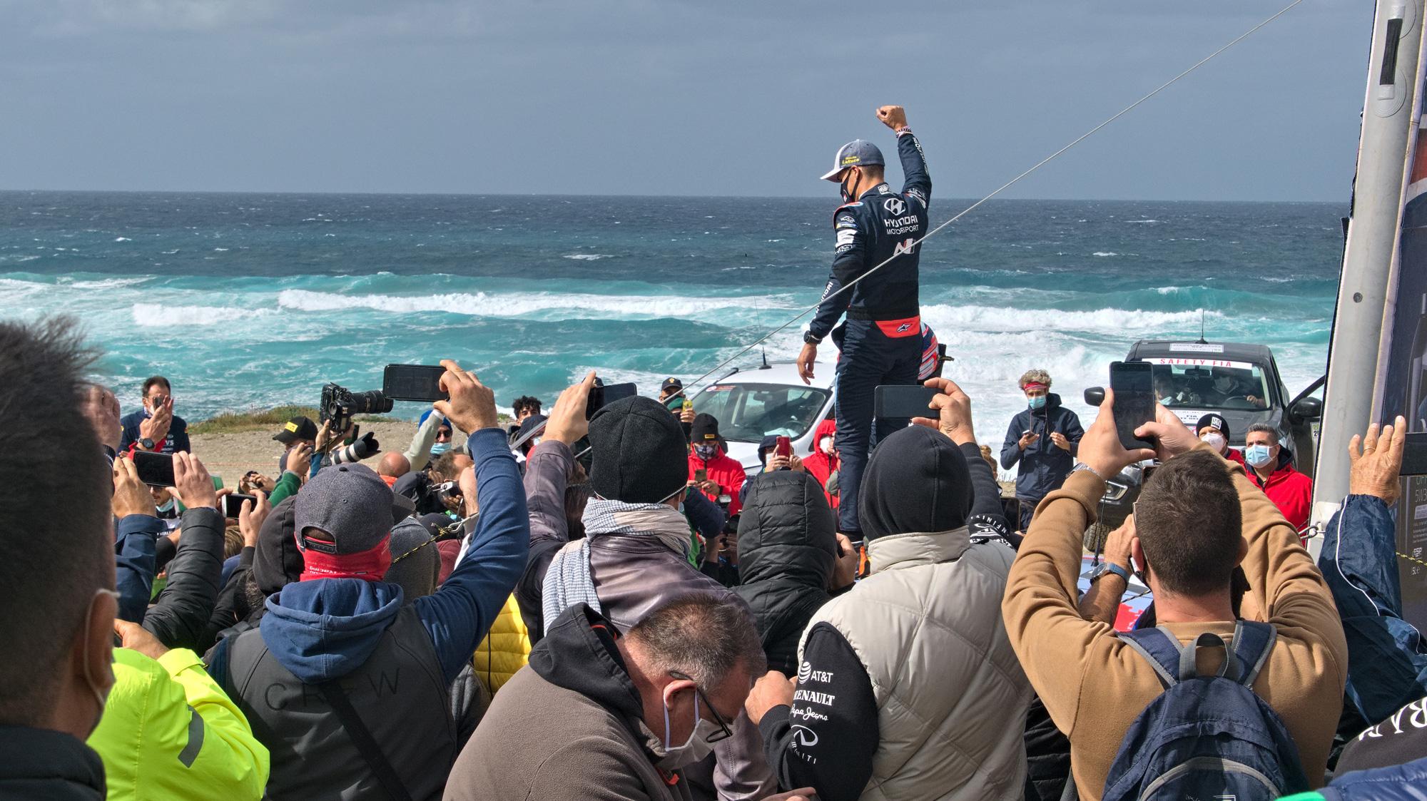 Siegerpose: Der Sieger der Rallye Sardegna